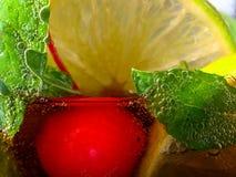 Carbonated napój z wapna, wiśni i miętówki liśćmi, Zdjęcie Royalty Free