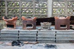 Carbone bruciante in vecchia stufa, tradizione della Tailandia Immagine Stock
