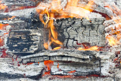 Carbone caldo d'ardore nella griglia Pit With Flames Background Texture, primo piano del BBQ Immagine Stock Libera da Diritti