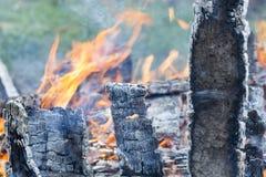 Carbone caldo d'ardore nella griglia Pit With Flames Background Texture, primo piano del BBQ Fotografia Stock
