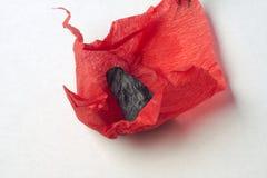 Carbone nero in documento rosso Fotografia Stock Libera da Diritti
