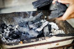 Carbones ardiendo para asar a la parrilla noche foto de archivo libre de regalías