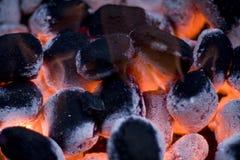 Carbones ardientes calientes en el Bbq Fotos de archivo libres de regalías