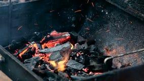 Carbones ardientes en el brasero almacen de video