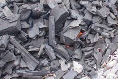 Carbones ardientes en el fuego Foto de archivo