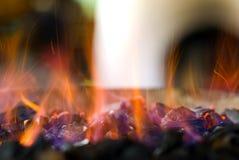 Carbones calientes chispeantes Fotos de archivo libres de regalías