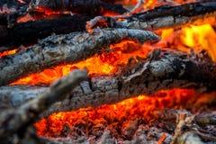 Carbones calientes en el fuego fotos de archivo