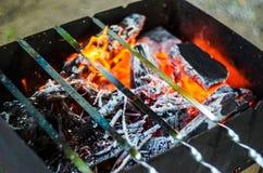 Carbones calientes en hoyo del Bbq foto de archivo