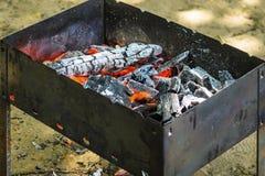 Carbones calientes en hoyo del Bbq imagen de archivo libre de regalías