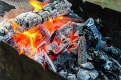Carbones calientes en hoyo del Bbq imagenes de archivo