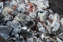 Carbones calientes negros Imágenes de archivo libres de regalías
