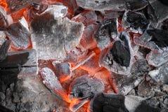 Carbones calientes que brillan intensamente foto de archivo