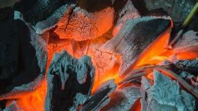 Carbones de leña ardientes fotografía de archivo