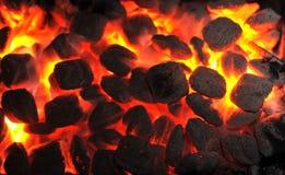 Carbones de leña de la barbacoa en parrilla portátil imagen de archivo libre de regalías