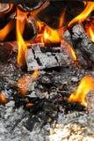 Carbones en el fuego fotografía de archivo