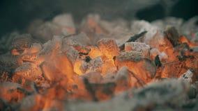 Carbones o ascua candentes para la barbacoa, tiro del primer fotos de archivo