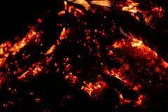 Carbones que arden en un fondo negro fotografía de archivo libre de regalías