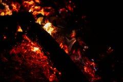Carbones que arden en un fondo negro fotografía de archivo