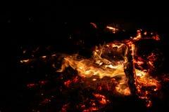 Carbones que arden en un fondo negro foto de archivo libre de regalías