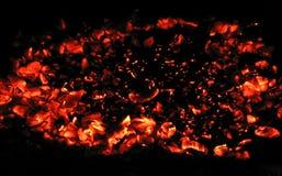 Carbones que brillan intensamente Fotos de archivo libres de regalías