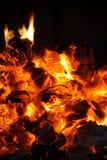 Carbones que brillan intensamente en la chimenea fotos de archivo libres de regalías