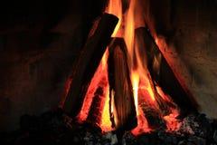 Carbones que brillan intensamente y fuego de madera Foto de archivo