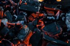 Carbones rojos que brillan intensamente Las ascuas en el fuego Fotografía de archivo libre de regalías