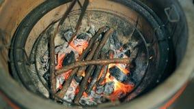 Carbones y palillos ardiendo metrajes