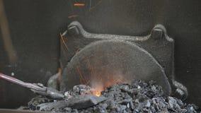 Carboni caldi del fabbro video d archivio