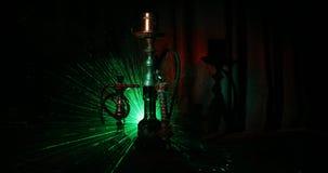 Carboni caldi del narghilé sulla ciotola di shisha che fa le nuvole del vapore all'interno arabo Ornamento orientale sulla cerimo stock footage