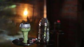 Carboni caldi del narghilé sulla ciotola di shisha Shisha orientale alla moda Concetto di Shisha video d archivio