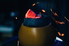 Carboni in ciotola di frutta del narghilé di fumo del rosso caldo con le scintille audaci Immagini Stock