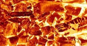 Carboni d'accensione caldi che bruciano nel barbecue fotografia stock