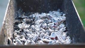 Carboni d'ardore con fumo nell'addetto alla brasatura archivi video