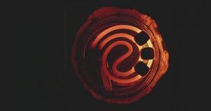 Carboni della noce di cocco per il narghilé fritto su una vista superiore del piatto a spirale stock footage