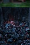 Carboni di fuoco senza fiamma al fuoco di accampamento del barbecue Immagini Stock Libere da Diritti