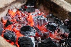 Carboni incandescenti brucianti Immagini Stock Libere da Diritti