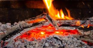 Carboni roventi e fuoco in tensione, fiamma Legna da ardere Burning Immagini Stock Libere da Diritti