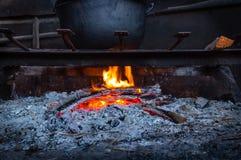 Carboni roventi e fuoco in tensione, fiamma Legna da ardere Burning Fotografia Stock Libera da Diritti