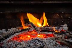 Carboni roventi e fuoco in tensione, fiamma Legna da ardere Burning Fotografie Stock