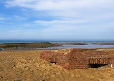 Carbonile sepolto sulla spiaggia sabbiosa Fotografia Stock Libera da Diritti