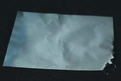 Carbonizó la hoja de papel en oscuridad foto de archivo libre de regalías