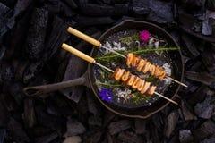 Carbonize o calamar da grade caramelised e os pimentões provam, no backg do carvão vegetal fotografia de stock