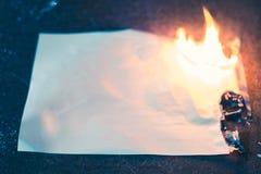 Carbonizou a folha de papel na obscuridade imagens de stock