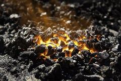 Carbono encarnado no carvões para cozinhar imagem de stock