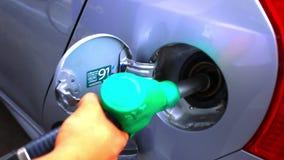 Carburant de pompage dedans à la voiture se remplissant d'essence banque de vidéos
