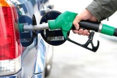 Carburant de pompage dedans au réservoir Photos libres de droits