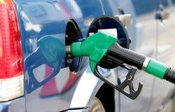 Carburant de pompage dedans au réservoir Image libre de droits