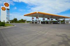Carburant de SHELL et station service et réparation de voiture photos stock