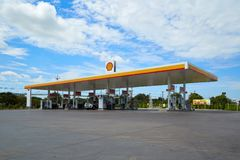 Carburant de SHELL et station service et réparation de voiture image stock